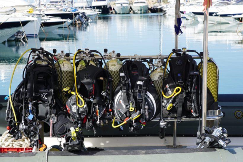 Tauchausruestung - Drucklufttauchgeraete am Hafen